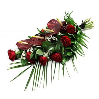 Vázaná kytice z růží a anthurií +1 200 Kč