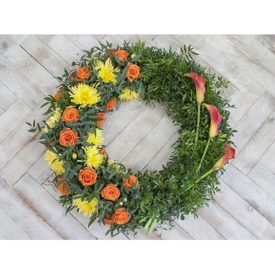 Věnec oranžovo žlutý z růží, chryzantém a kal +3 200 Kč